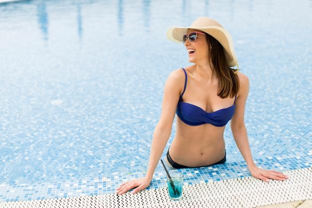 Молодая женщина в бассейне Premium Фотографии