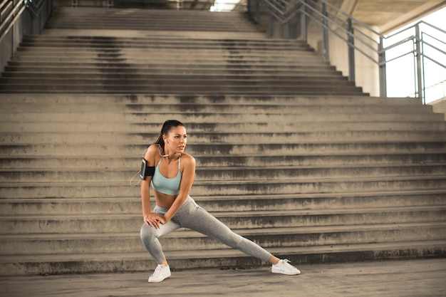 Милая молодая женщина имея тренировку в городской среде Premium Фотографии