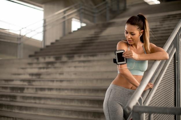 Молодая женщина бегун на лестнице Premium Фотографии