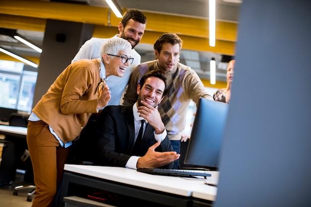 シニアの実業家や若いビジネスマンがオフィスで働く Premium写真