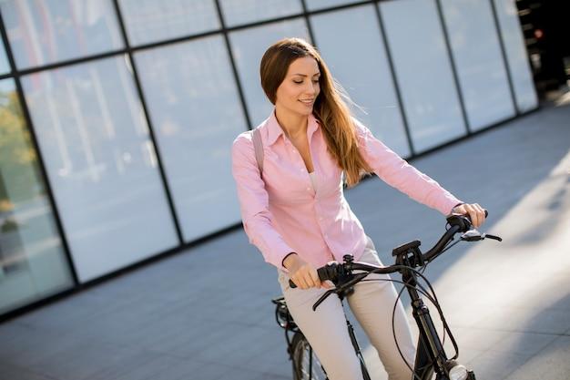 電動自転車に乗る若い女性 Premium写真
