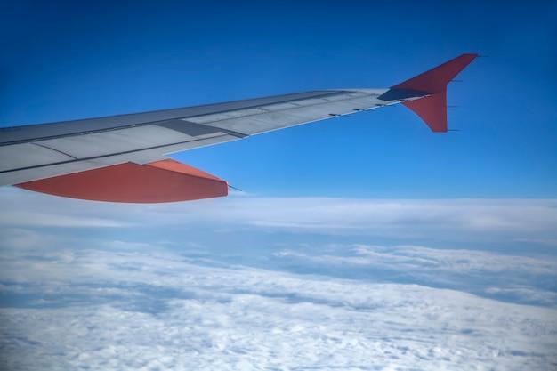 雲の上の飛行機 Premium写真