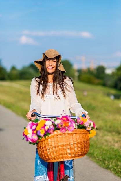 若い女の子は自転車に乗る Premium写真