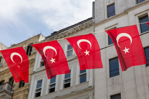 Турецкие флаги на улице стамбула, турция Premium Фотографии