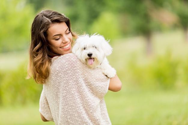 Молодая женщина с собакой Premium Фотографии