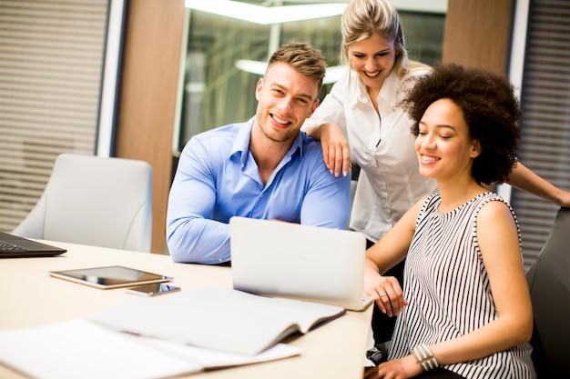 オフィスで働く若い多民族の人々 Premium写真