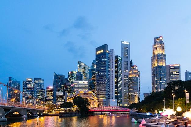 Небоскреб и горизонт в ночном городе сингапура. Premium Фотографии