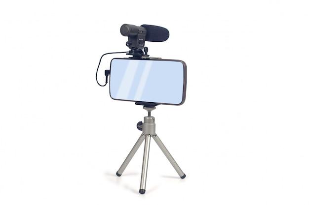 スマートフォンとマイクツールを使ってライブビデオをストリーミングする。 Premium写真