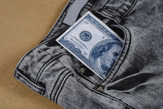 ジャンポケットから紙幣が割れた。 Premium写真