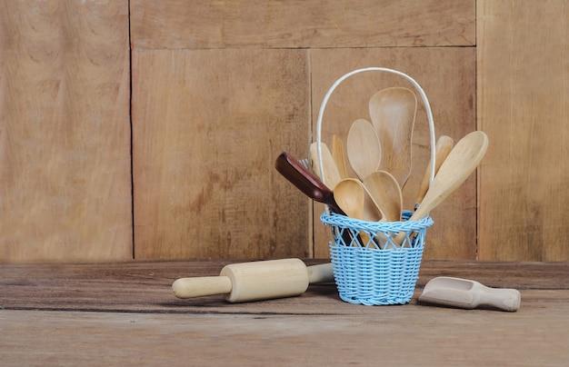 コピースペース付きバスケットの木製キッチン用品。 Premium写真