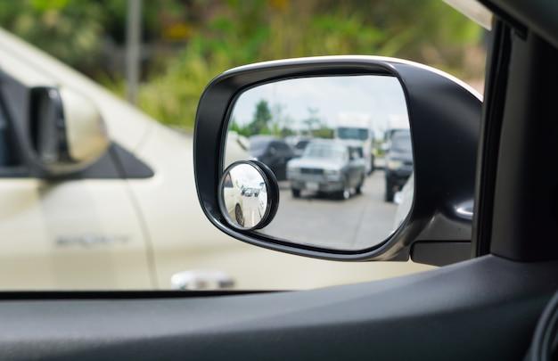 車のサイドミラーでの反射。 Premium写真