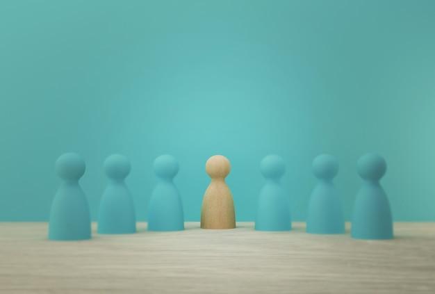人的資源管理と人材紹介事業の従業員の創造的なアイデア。群衆から目立つ優れた人々。 Premium写真