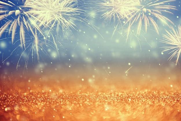 Старинные золотые и зеленые фейерверки и боке в канун нового года и копирования пространство. абстрактный фон праздник. Premium Фотографии