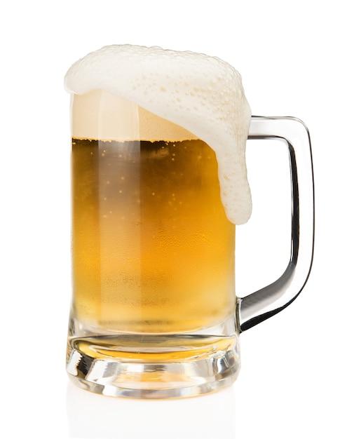 白い背景にあるガラスに泡沫のビールのマグカップ Premium写真