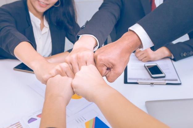 シニアマネージャーの考え、オフィスでのビジネスチームワークとの出会い Premium写真