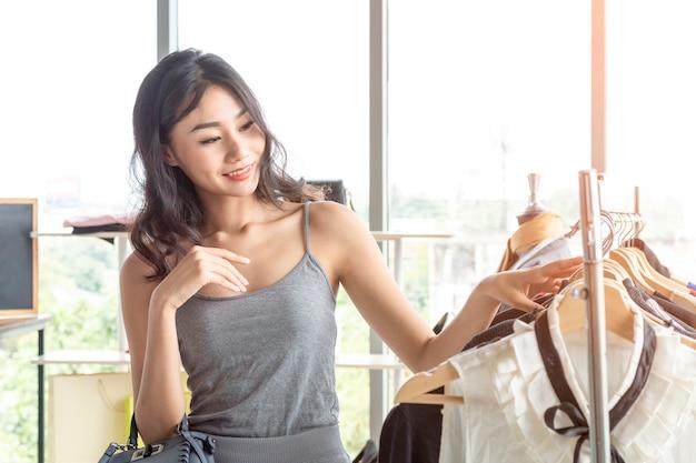 女性は服やアクセサリーを選ぶこと。 Premium写真