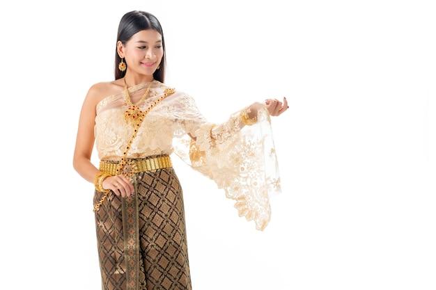 Красивая женщина усмехаясь в национальном традиционном костюме таиланда. изолировать на белом. Premium Фотографии