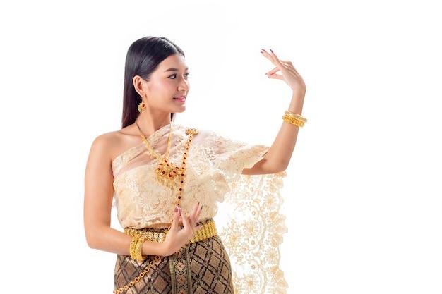 Танцы красивой женщины тайские в национальном традиционном костюме таиланда Premium Фотографии