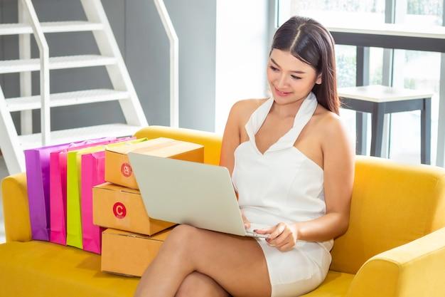 若いアジアのカジュアルな女性のスタートアップのスモールビジネス起業家中小企業の洋服店で。 Premium写真