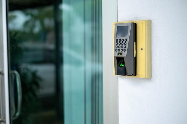 Система контроля доступа с помощью сканирования отпечатков пальцев для блокировки и разблокировки дверей и регистратор времени для сотрудников Premium Фотографии