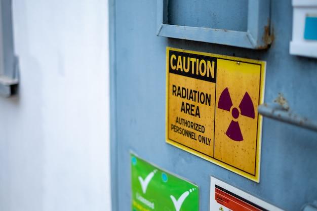 Супервизор использует контрольный счетчик для проверки уровня радиации в радиоактивной зоне Premium Фотографии