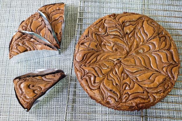 木製のテーブルに新鮮なチョコレートブラウニーケーキ部分 Premium写真