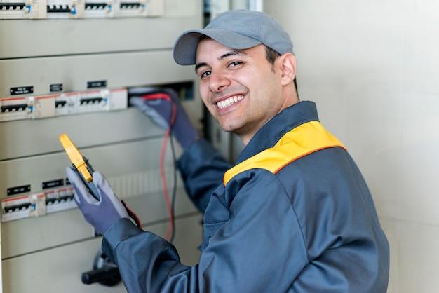 作業中の電気技師の肖像 Premium写真