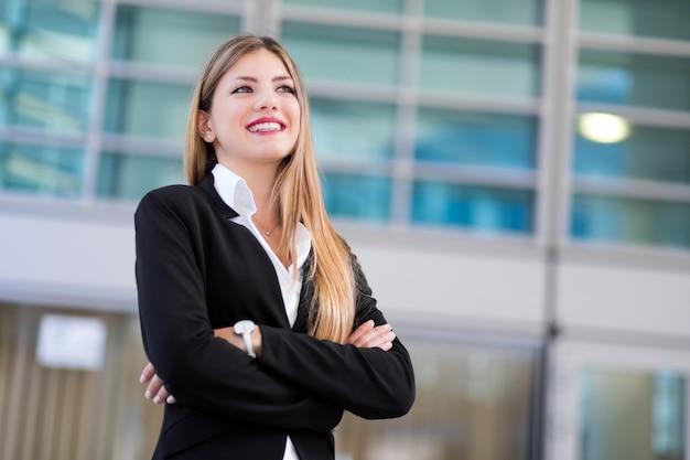 現代の都会的な環境で屋外自信を持って若い女性マネージャー Premium写真