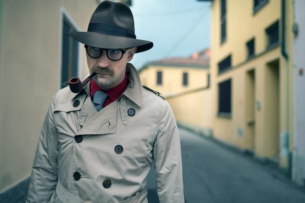 Сыщик-шпион гуляет по городу Premium Фотографии