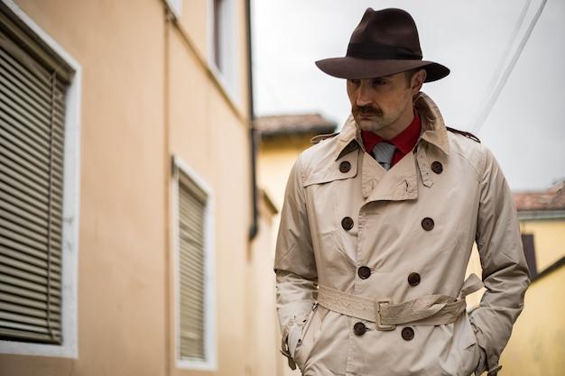 街のスラム街を歩く探偵 Premium写真