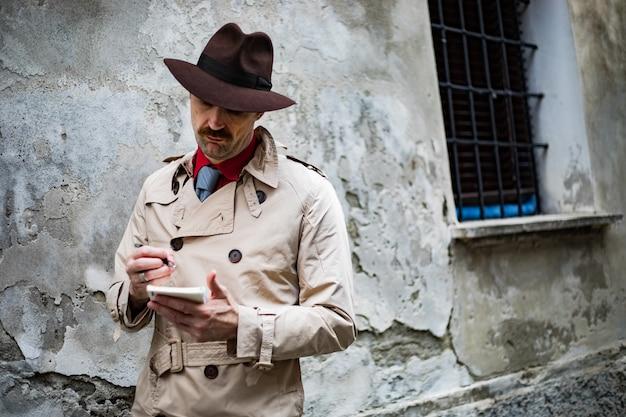 ゲットーでメモを取る探偵 Premium写真