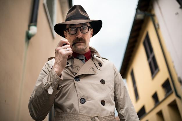 Сыщик-шпион, гуляющий по городу Premium Фотографии