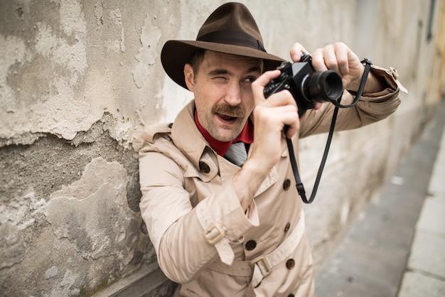 Человек, используя старинные камеры на улице города Premium Фотографии