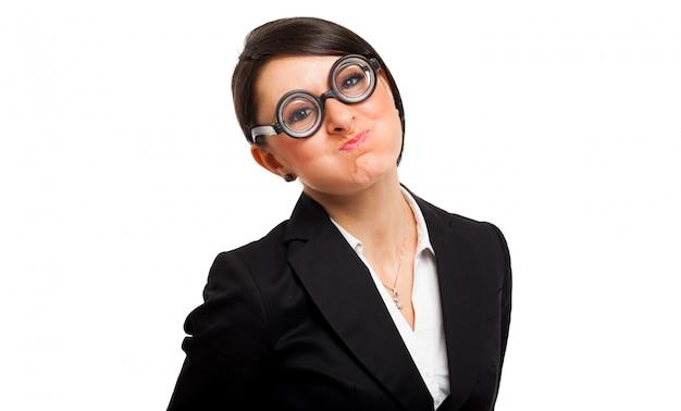 オタク眼鏡をかけているオタク女性の面白い肖像画 Premium写真