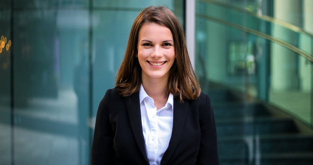 モダンな都市環境で屋外自信を持って若い女性マネージャー Premium写真