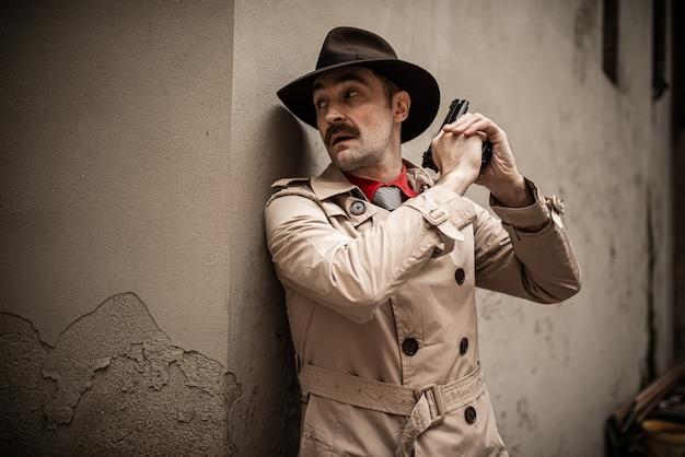 Детектив, используя свой пистолет Premium Фотографии