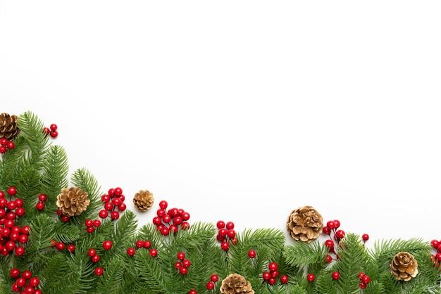クリスマスと新年の構成。スプルースの枝、松のコーンのトップビュー Premium写真
