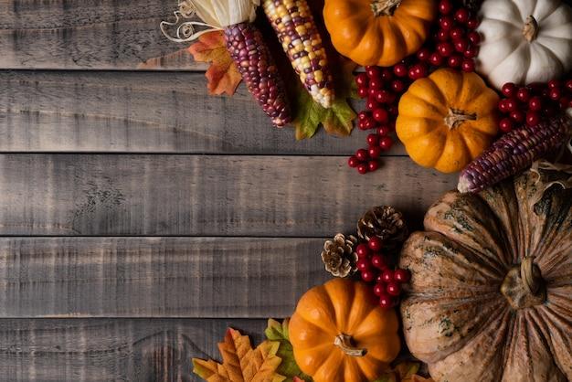 カボチャ、コーン、レッドベリーと秋の葉 Premium写真