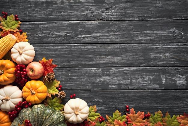 かぼちゃと赤い果実と秋の葉 Premium写真