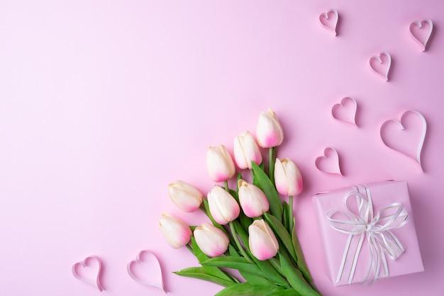 ピンクの背景にバレンタインの日と愛の概念。 Premium写真
