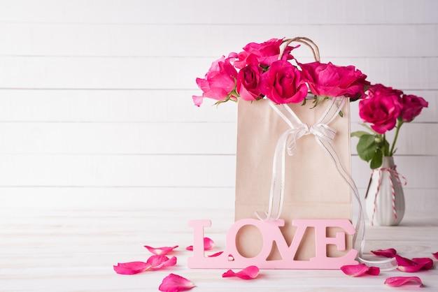 木製の背景にバレンタインの日と愛の概念。 Premium写真