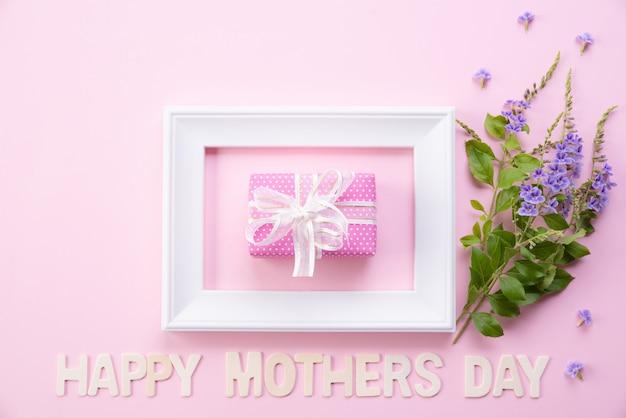 Счастливый день матери с видом сверху рамы для картин и подарочной коробке Premium Фотографии