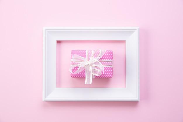 Концепция день счастливой матери. вид сверху фоторамки и подарочной коробки Premium Фотографии