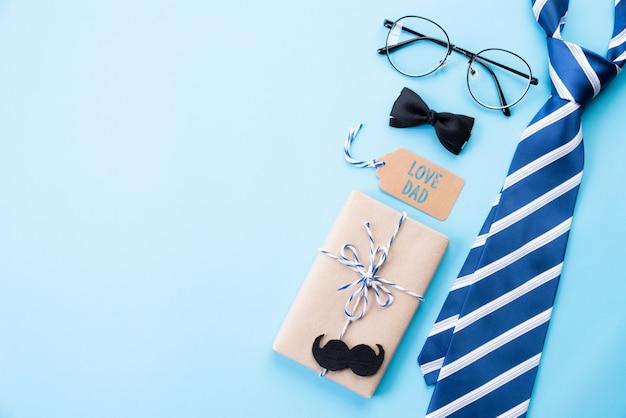 青いパステル調の背景に幸せな父親の日コンセプト。平らに置きます。 Premium写真