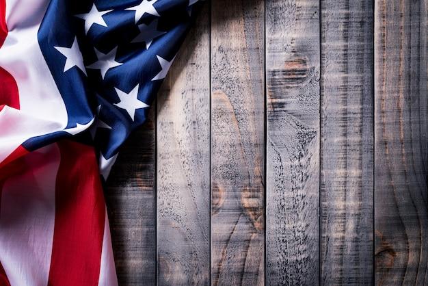 木製の背景にアメリカ合衆国の国旗 Premium写真