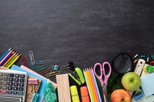 教育や学校に戻る黒板のコンセプト。平らに置きます。 Premium写真