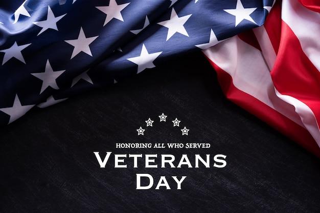 ハッピー退役軍人の日。テキストとアメリカの国旗 Premium写真