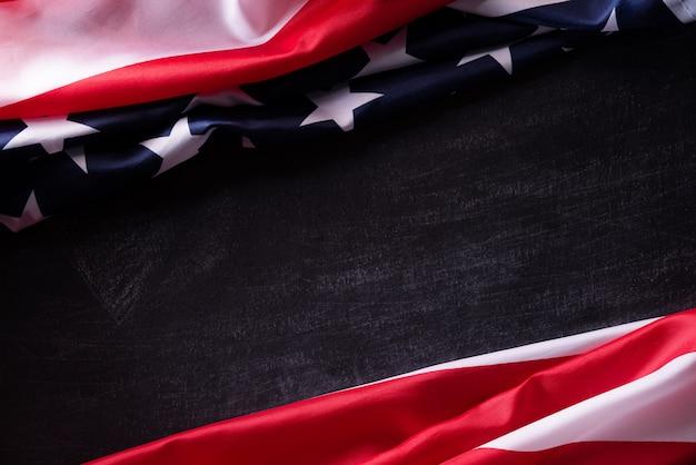 ハッピー退役軍人の日。黒板背景にアメリカ国旗の退役軍人。 Premium写真