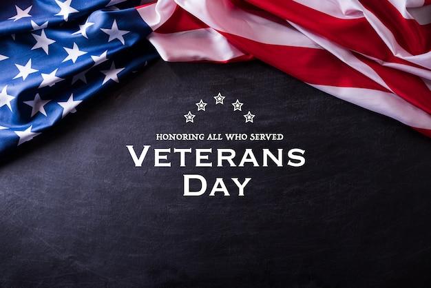 ハッピー退役軍人の日。黒板背景にアメリカ国旗。 Premium写真