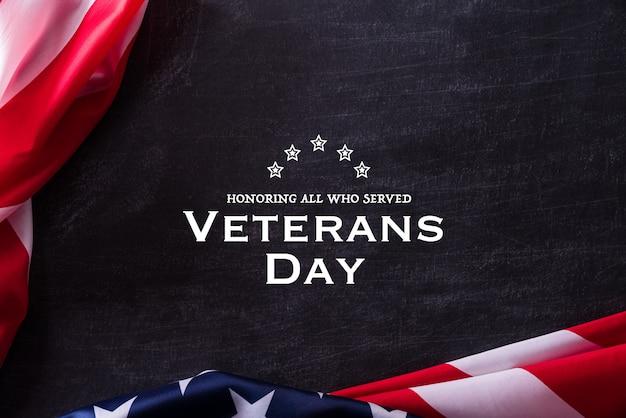 ハッピー退役軍人の日。黒板に対するアメリカ国旗の退役軍人。 Premium写真